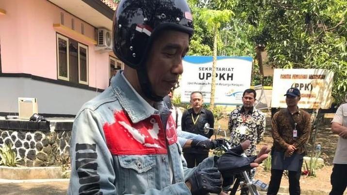 Presiden Jokowi saat menggunakan jaket denim dengan peta Indonesia di dada (Foto: Dok. istimewa, Detik)