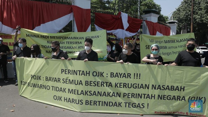 Demo nasabah Minna Padi di depan gedung DPR RI. (CNBC Indonesia/Muhammad Sabki)