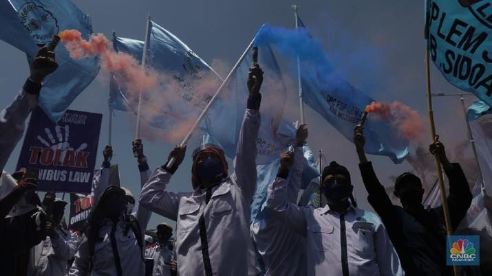 Konfederasi Serikat Buruh Indonesia (KSPI) demo di depan Gedung DPR RI. (CNBC Indonesia/Muhammad Sabki)