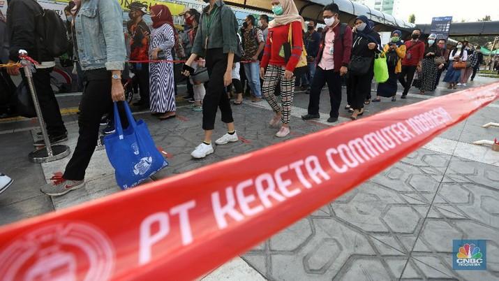 Penumpang Commuter Line (KRL) mengantre di halaman Stasiun Tamah Abang. (CNBC Indonesia/Andrean Kristianto)