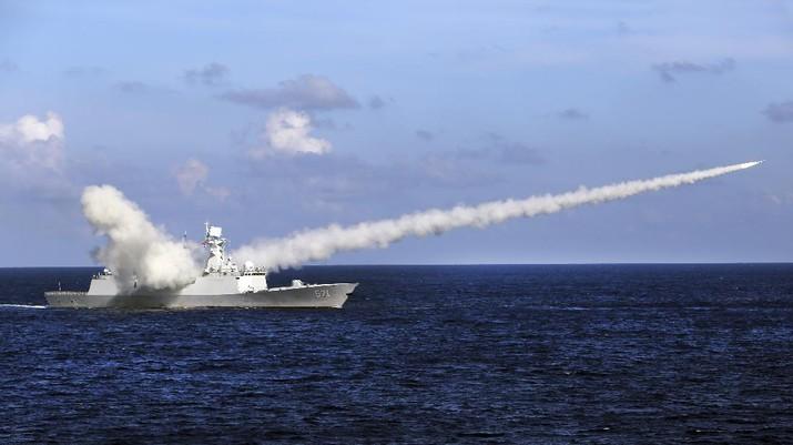 Rudal China Yuncheng meluncurkan rudal anti-kapal selama latihan militer di perairan dekat Pulau Hainan dan Kepulauan Paracel, China selatan. AP/Zha Chunming