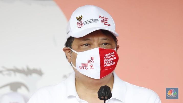 Menteri Koordinator Bidang Perekonomian Airlangga Hartarto memimpin kampanye pakai masker di komplek Stadion Gelora Bung Karno (GBK), Jakarta Minggu (30/8/20). (CNBC Indonesia/Tri Susilo)
