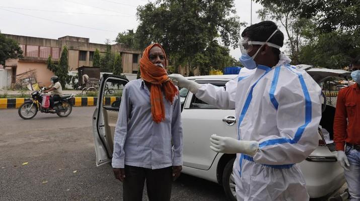 Warga New Delhi, India, mengenakan masker di tengah pandemi covid-19. (AP/Rajesh Kumar Singh)
