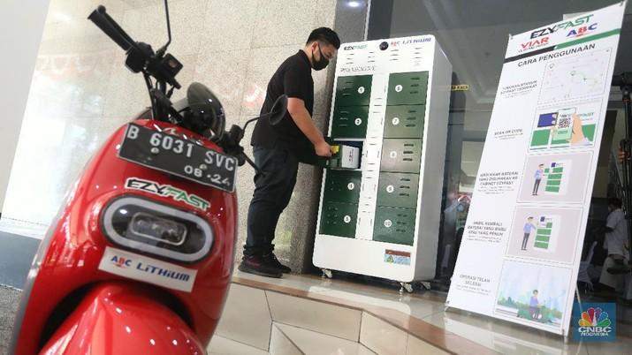 Uji Coba Stasiun Penukaran Baterai Kendaraan Listrik Umum (SPBKLU) (CNBC Indonesia/Andrean Kristianto)