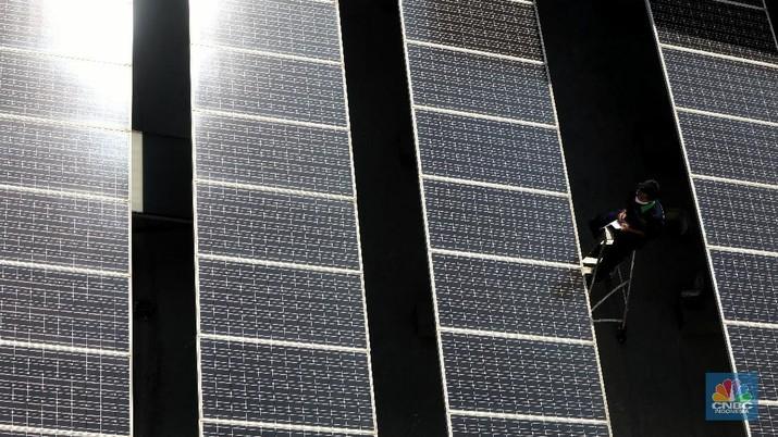 Pemanfaatan pembangkit listrik tenaga surya (PLTS) di Gedung Bertingkat. (CNBC Indonesia/Andrean Kristianto)