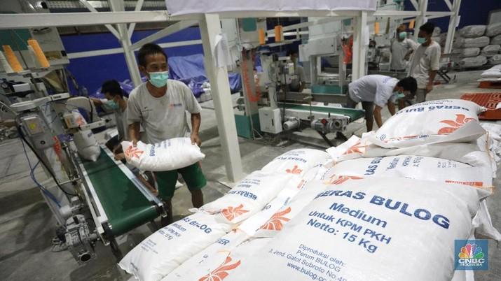 Direktur Utama Perum BULOG Budi Waseso (kiri) meninjau gudang pengolahan beras RTR (Rice to Rice) di Gudang Bulog Divisi Regional (Divre) DKI Jakarta dan Banten yang berlokasi di Kelapa Gading, Jakarta Utara Rabu (2/9/2020). Didalam gudang tersebut para pekerja mengolah beras yang mengalami turun mutu untuk ditingkatkan kembali kualitasnya sebelum didistribusikan. Menurut salah satu petugas, gudang pengolahan beras dengan mesin RTR tersebut dapat memgolah beras yang mengalami turun mutu sebanyak 18 ton/jam. Usai diolah beras-beras yang telah ditingkatkan kualitasnya lalu di masukan kedalam karung kemasan 15kg. (CNBC Indonesia/ Andrean Kristianto)