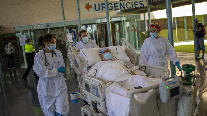 Medical staff  transport Francisco España, 60,  to see the Mediterranean sea, at the
