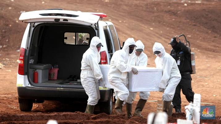 Pemakaman pasien Covid-19 di TPU Pondok Ranggon, Jakarta Senin (7/9/2020). Petugas pemakaman mengatakan terjadi lonjakan jenazah yang terjadi dalam satu bulan lebih terakhir dengan memakamkan lebih 30 jenazah dalam satu hari. (CNBC Indonesia/Muhammad Sabki)
