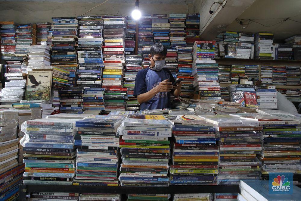 Dampak ekonomi dari pandemi COVID-19 dirasakan sejumlah pihak. Salah satunya para pedagang buku bekas di kawasan Kwitang, Jakarta Pusat yang mengalami penurunan penjualan hingga 90%, Senin (7/9/20). (CNBC Indonesia/Tri Susilo)   Penjual buku bekas dan buku baru di Kwitang mengalami dampak dari wabah Covid-19, pantauan CNBC Indonesia hanya beberapa pengunjung saja yang melihat lihat diarea penjualanbuku bekas ini.   Arif salah satu pedagang yang sudah menjual buku selama 25tahun ini mengeluhkan kondisi sangat sulit,