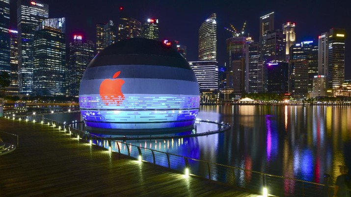 This picture taken on Monday, Aug. 24, 2020, shows Apple's third store in Singapore housed in a sphere floating on Marina Bay with the background of business district in Singapore. (Yeen Ling Chong via AP)