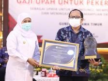 Gubernur Khofifah Serahkan Piala Paritrana untuk Pelindo 3