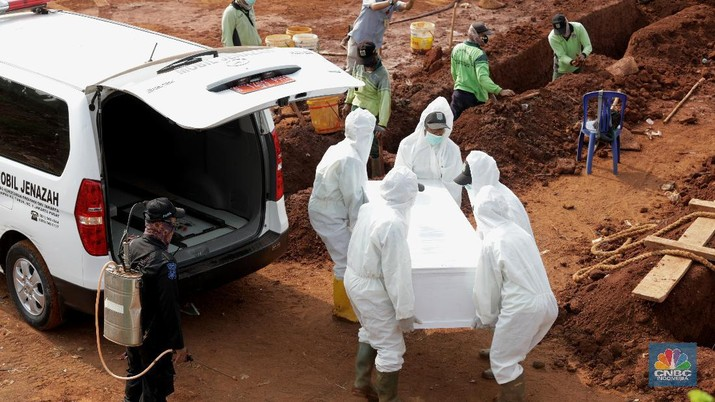 Petugas saat memakamkan pasien Covid-19 di TPU Pondok Ranggon, Jakarta Senin (7/9/2020). Petugas pemakaman mengatakan terjadi lonjakan jenazah yang terjadi dalam satu bulan lebih terakhir dengan memakamkan lebih 30 jenazah dalam satu hari.