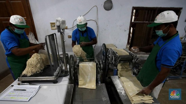 Pekerja menyelesaikan proses pembuatan mie di rumah produksi Mie Karya Abadi, Ciledug, Kota Tangerang, Banten, Rabu, (9/9/2020). Produksi mie rumahan tersebut menurun dari 1,5 ton perhari menjadi 1 ton perhari. (CNBC Indonesia/Tri Susilo)  Pandemi Covid-19 hampir memukul semua sektor, terutama sektor ekonomi UMKM yang lama telah lama ditekuni oleh Samino (63).  Menurut Samino