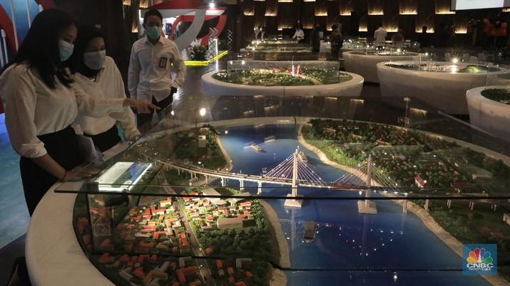Pengunjung melihat maket jembatan ikonik di Gedung Auditorium Kantor PUPR, Jakarta, Kamis (10/9). Sebagai upaya penyebarluasan informasi dan mengedukasi masyarakat, khususnya generasi muda mengenai pembangunan jembatan, Kementerian Pekerjaan Umum dan Perumahan Rakyat (PUPR  Dalam lima tahun terakhir, PUPR melalui Direktorat Jenderal Bina Marga telah membangun lebih dari 29 kilometer jembatan baru di seluruh Indonesia, yang 11 diantaranya ditampilkan dalam Pameran dan Talkshow Jembatan Ikonik pada 7-11 September.  Jembatan Sei Alalak merupakan jembatan yang  didesain untuk dapat menggantikan jembatan Kayu Tangi yang telah berusia 30 tahun dan menjadi jalur utama yang menghubungkan Banjarmasin dengan berbagai wilayah di Kalimantan Selatan dan Kalimantan Timur. Didesain dilintasi kendaraan dengan tonase maksimal 10 ton, lebih kuat dari struktur jembatan lama Kayu Tangi 1 yang berasal dari rangka baja kelas B dengan kemampuan menahan beban kurang dari 8 ton. Selain itu, juga telah diperhitungkan kekuatan jembatan ini dengan konstruksi tahan gempa, dan masa layan hingga 100 tahun.  Jembatan Merah Putih adalah Jembatan Kabel Pancang yang terletak di Kota Ambon , Provinsi Maluku , Indonesia. Jembatan ini membentangi Teluk Dalam Pulau Ambon , yang menghubungkan Desa Rumah Tiga (Poka) di Kecamatan Sirimau pada sisi utara, dan Desa Hative Kecil/Galala di Kecamatan Teluk Ambon pada sisi selatan.   Jembatan Youtefa (sebelumnya bernama Jembatan Holtekamp adalah jembatan di atas Teluk Youtefa, Provinsi Papua yang menghubungkan Holtekamp dengan Hamadi sepanjang 732 meter dengan lebar 21 meter. Jembatan ini merupakan jembatan tipe Pelengkung Baja yang dapat memperpendek jarak dan waktu tempuh dari Kota Jayapura ke Distrik Muara Tami dan ke Pos Lintas Batas Negara (PLBN) Skouw daerah perbatasan Indonesia – Papua Nugini.  (CNBC Indonesia/ Muhammad Sabki)