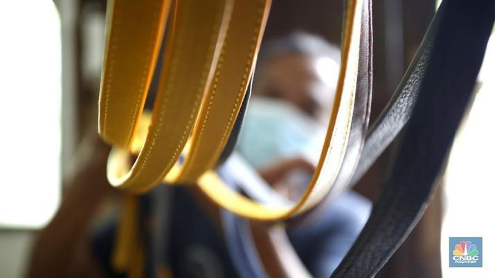 Pekerja sedang menyelesaikan pembuatan tas yang berabahan kulit domba di Kawasan, Pengadegan, Jakarta, Kamis (10/9/2020). Dalam sebulan pekerja mampu menyelesaikan 1000 pcs selama satu bulan. (CNBC Indonesia/Tri Susilo)   Pendemi Covid memukul semua usaha termasuk UMK yang di telah dijalani beberapa tahun terkahir, salah satu contohnya adalah Tas kulit Biyantie.   Sebelum pandemi memukul semua sektor usaha pengrajin tas kulit milik Meri Yuarif berkembang pesat dengan pesanan personal maupun online.   Kini Meri harus memutar otak agar penjulannya kembali bergeliat dipasaran, dengan kencagihan teknologi online dirinya sekarang memasarkan dengan full online seperti Ig, marketplace dan Whatshapp.   Menurut Mery