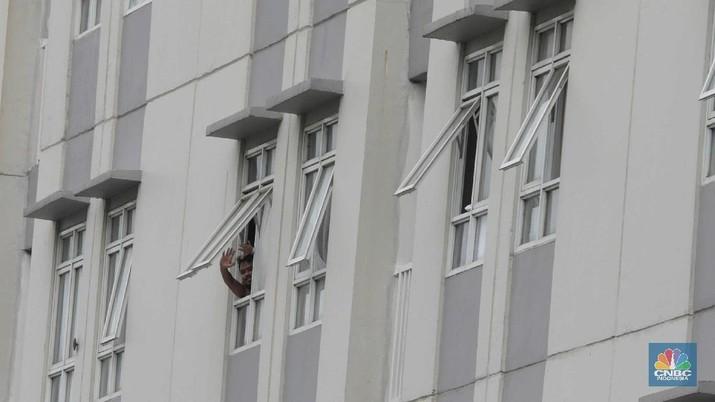 Tenaga kesehatan berjalan di kawasan zona merah Rumah Sakit Darurat Covid-19 Wisma Atlet, Kemayoran Jakarta, 11/9. Satuan Tugas (Satgas) Penanganan Covid-19 menyiapkan tower 5 yang direncanakan beroperasi malam ini untuk fasilitas isolasi mandiri bagi  pasien tanpa gejala.  Kapasitas tower 5, memiliki  32 lantai 886 kamar di kali 2 bed jadi 1772 kamar tower 5. Koordinator Dokter Lapangan Observasi rumah sakit Darurat Wisma Atlet Muhammad Arifin mengatakan Tower 1-7 semua hidup karena pengecekan lampu. Tower 6&7 tidak full namun sudah terisi 70%.  (CNBC Indonesia/ Muhammad Sabki)