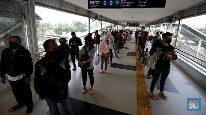 Penumpang mengantre untuk memasuki Stasiun Tanah Abang, Jakarta. CNBC Indonesia/Andrean Kristianto
