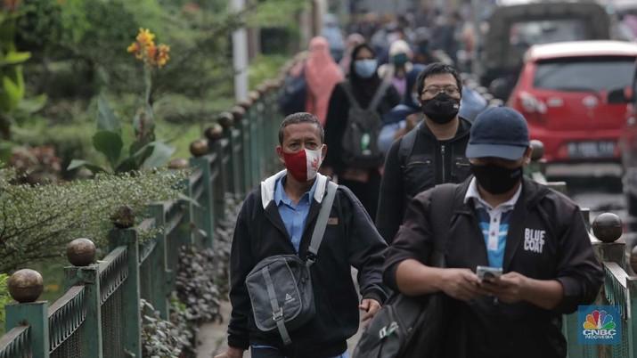 Penumpang KRL di Stasiun Manggarai (CNBC Indonesia/ Muhammad Sabki)