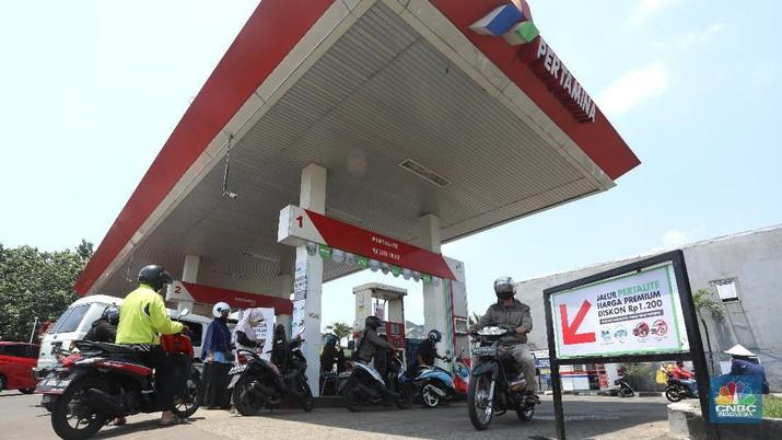 Pengendara motor mengatre untuk mengisi bahan bakar Pertalite di Stasiun Pengisian Bahan Bakar Umum (SPBU) kawasan Pondok Cabe, Tangerang Selatan, Banten, Kamis (17/9/2020). (CNBC Indonesia/Andrean Kristianto)