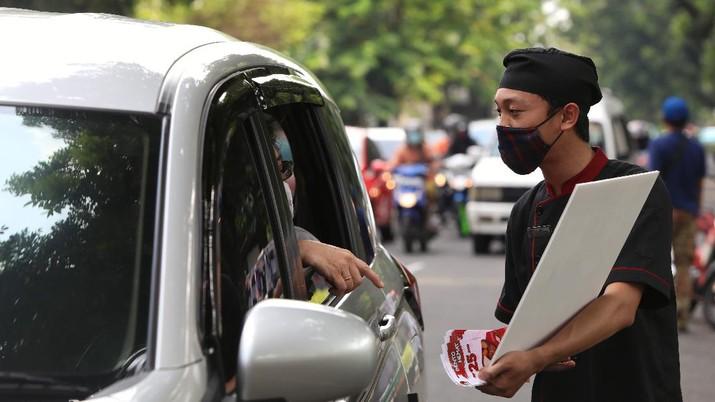 Gerai Makanan Isoide yang Menjajakan Makanannya di Pinggir Jalan. (CNBC Indonesia/Andrean Kristianto)