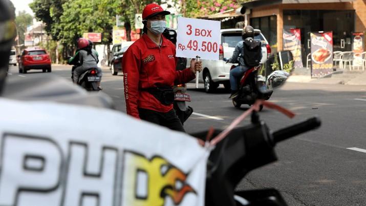 Karyawan PHD berjualam pizza di pinggir jalan di Kawasan Bintaro, Tangerang Selatam, Jumat (18/9/2020). (CNBC Indonesia/Andrean Kristianto))