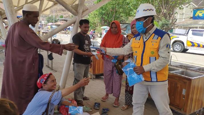 Stop penyebaran COVID-19, Tim Proyek Brantas Abipraya bagikan masker gratis kepada para pedagang di pasar sekitar proyek.