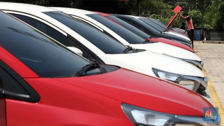 Petugas melakukan pengecekan fisik kendaraan sebelum di kirimkan ke pelanggan di Dealer Honda Sawangan, Depok, Jawa Barat (17/9/2020). (CNBC Indonesia/ Andrean Kristianto)