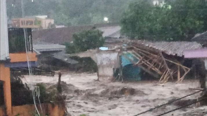 Banjir Bandang di Cibuntu Cicurug, Sukabumi, Jawa Barat (Twitter/@yashudha_naka)