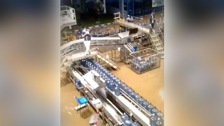 Pabrik Aqua Terendam Banjir (Tangkapan Layar Facebook)