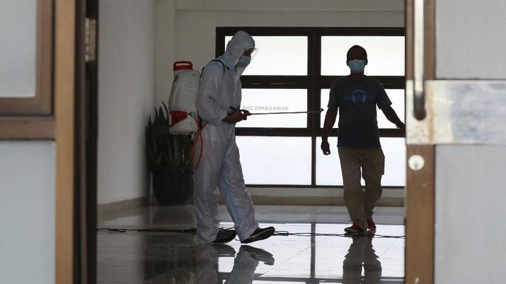 A health worker walks inside a quarantine facility for people showing symptoms of the COVID-19 amid the coronavirus outbreak at Patriot Candrabhaga stadium in Bekasi on the outskirts of Jakarta, Indonesia, Tuesday, Sept. 22, 2020.(AP Photo/Achmad Ibrahim)