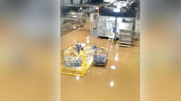 Suasana Pabrik Aqua yang Terendam (Ist)