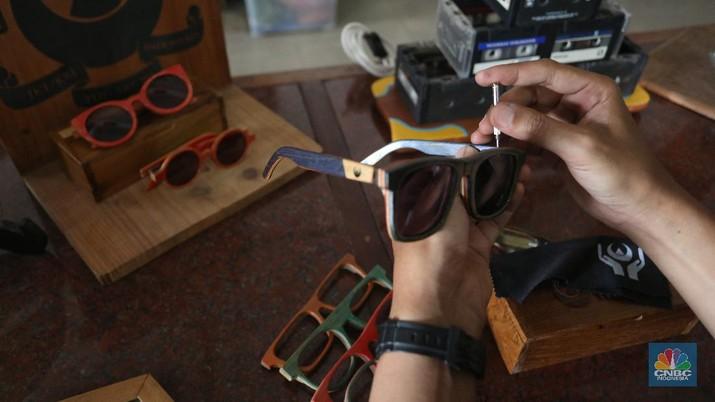 Pengrajin kacamata dari limbah papan Skateboard (CNBC Indonesia/Andrean Kristianto)