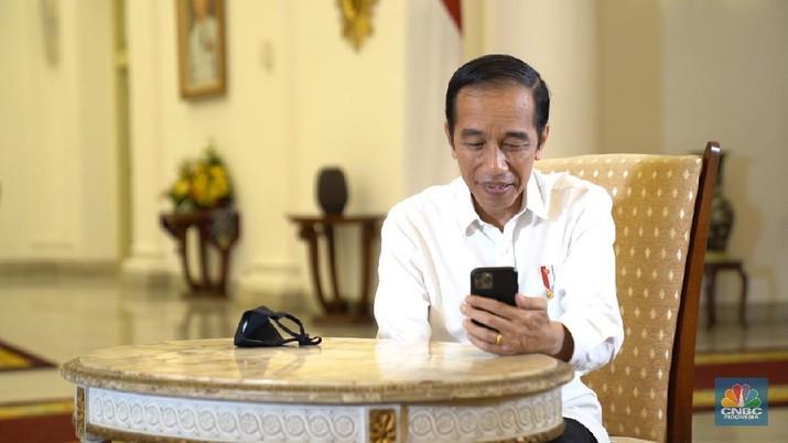 Presiden Joko Widodo saat berbincang dengan salah satu dokter di RSPI Prof. Dr. Sulianti Saroso, Minggu (27/9/2020).