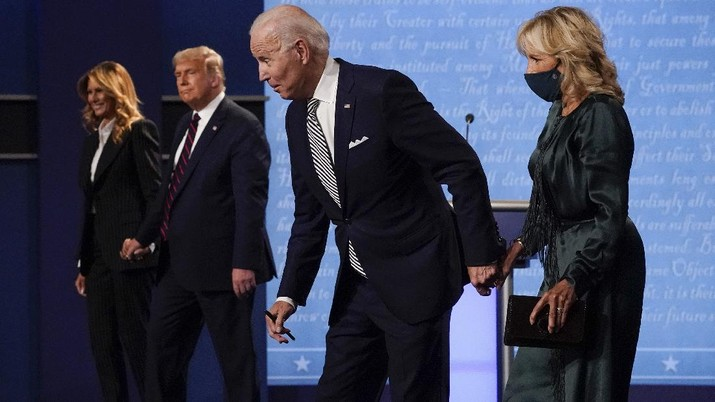 From l-r, first lady Melania Trump, President Donald Trump, Democratic presidential candidate former Vice President Joe Biden and Jill Biden, walk off stage at the conclusion of the first presidential debate Tuesday, Sept. 29, 2020, at Case Western University and Cleveland Clinic, in Cleveland, Ohio. (AP Photo/Julio Cortez)