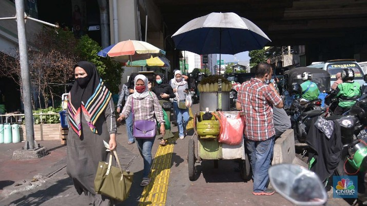 Aktifitas pedagang di Kawasan Tanah Abang, Jakarta, Rabu, 30/9. Pemerintah Provinsi (Pemprov) DKI Jakarta kembali memperpanjang Pembatasan Sosial Berskala Besar (PSBB) selama 14 hari ke depan hingga 11 Oktober untuk menekan laju penyebaran kasus covid-19. Para PKL yang terlihat berjualan didominasi pedagang pakaian. Namun ada juga pedagang makanan dan minuman. Untuk diketahui, pemerintah menerbitkan panduan protokol kesehatan bagi masyarakat di pasar demi mencegah penyebaran virus Corona (COVID-19). Pengelola pasar diminta menyediakan fasilitas cuci tangan dan melakukan disinfeksi secara berkala. Panduan mengenai protokol kesehatan di pasar itu tertuang dalam Keputusan Menteri Kesehatan RI Nomor HK.01.07/MENKES/382/2020 tentang Protokol Kesehatan bagi Masyarakat di Tempat dan Fasilitas Umum dalam Rangka Pencegahan dan Pengendalian Corona Virus Disease 2019 (COVID-19). Panduan kesehatan ditujukan kepada pengelola, pedagang, pekerja, dan pengunjung. (CNBC Indonesia/Muhammad Sabki)