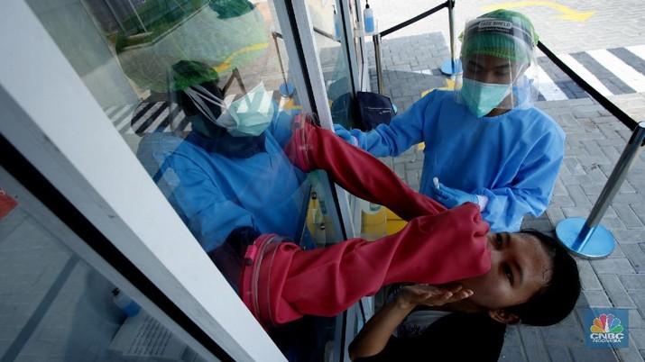 Tenaga kesehatan menggunakan alat pelindung diri (APD) mengambil sampel darah dengan metode swab test di GSI Lab (Genomik Solidaritas Indonesia Laboratorium), Cilandak, Jakarta Selatan, Rabu (30/9/2020). (CNBC Indonesia/Tri Susilo)  Untuk memutus rantai penularan Covid-19, Genomik Solidaritas Indonesia (GSI Lab) membuka laboratorium tes PCR berstandar Biosafety Level (BSL) 2+.   Laboraturium GSI Lab dirancang untuk memberikan pelayanan tes PCR yang tidak hanya bersekala masif, namun jugamemberikan hasil tes yabg cepat sehinggal hasil tes dapat diakses pada hari yang sama atau setidaknya H+1 (setelah tes).    Untuk pasien drive thru sehari bisa 500 orang sedangkan SCR 5000 sempel perharinya.  (CNBC Indonesia/ Tri Susilo)