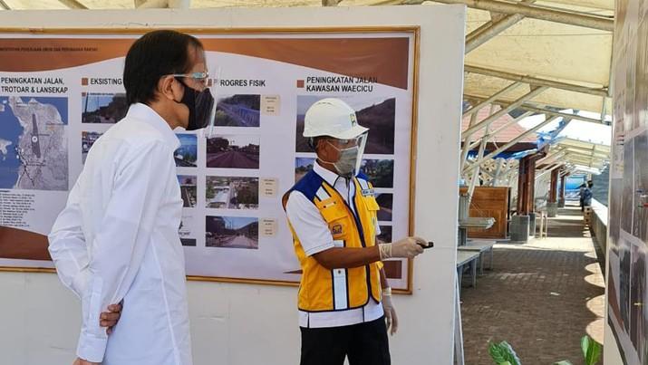 Bambang E. Marsono, Direktur Utama Brantas Abipraya sedang memberikan paparan penjelasan konsep desain penataan waterfront di Pantai Marina Bukit Pramuka, Labuan Bajo kepada Presiden Joko Widodo. (1/10). (Dok Brantas Abipraya)