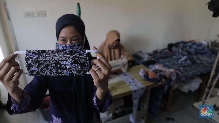 Perajin memproduksi masker batik di Sentra Kerajinan Batik Tradisiku, Kota Bogor, Jawa Barat, Jumat (2/10/2020). Pemerintah tanggal 2 Oktober sebagai Hari Batik Nasional. Penetapan tersebut berlandaskan keputusan Perserikatan Bangsa-Bangsa (PBB) yang menetapkan batik menjadi warisan budaya dunia dari Indonesia. Galeri Batik ini merupakan salah satu pusat di mana pengunjung dapat melihat dan memesan batik yang desainnya amat kental dengan nuansa Kota Bogor. Biasanya wisatawan yang hadir ke Bogor bisa melihat dan mengunjungi Galeri Batik ini. Karena adanya aturan PSBB  membuat turis asing tidak bisa datang. Ragam desainnya pun rupa-rupa mulai dari motif hujan gerimis, kujang, Kebun Raya, Istana Bogor, dan Batu Tulis. Untuk saat ini perajin sedang garap masker dengan motif batik standar SNI. Seperti diketahui Badan Standardisasi Nasional (BSN) mengeluarkan spesifikasi masker kain ber-SNI yang terbagi menjadi tiga tipe berdasarkan penggunaannya, antara lain tipe A untuk penggunaan umum, tipe B untuk penggunaan filtrasi bakteri, dan tipe C untuk penggunaan filtrasi partikel. (CNBC Indonesia/ Muhammad Sabki