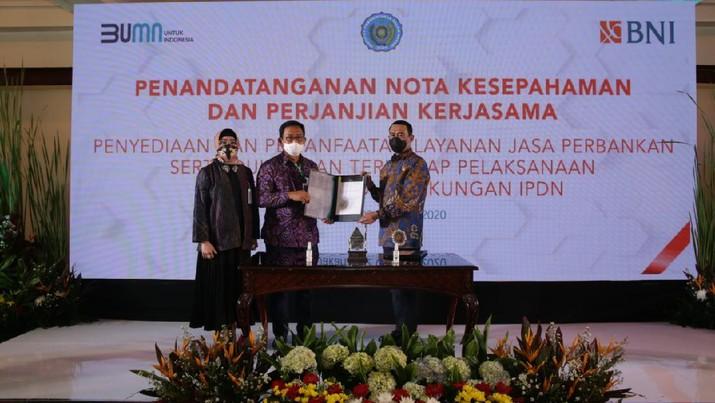 (Kiri ke kanan) Wakil Direktur Utama BNI Adi Sulistyowati, Direktur Hubungan Kelembagaan BNI Sis Apik Wijayanto, dan Rektor IPDN Hadi Prabowo pasca penandatanganan Nota Kesepahaman (MOU) dan Perjanjian Kerja Sama (PKS) program Smart Campus IPDN di Jakarta, Jumat (2 Oktober 2020). BNI mendukung dalam pengembangan program Smart Campus seperti penggunaan Kartu Multifungsi Praja yang berfungsi sebagai kartu Identitas Praja, uang elektronik, kartu akses masuk ke fasilitas-fasilitas kampus, serta e-absensi Praja.