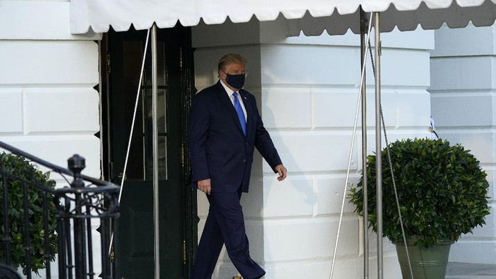 President Donald Trump waves as he leaves the White House to go to Walter Reed National Military Medical Center after he tested positive for COVID-19, Friday, Oct. 2, 2020, in Washington. (AP Photo/Alex Brandon)