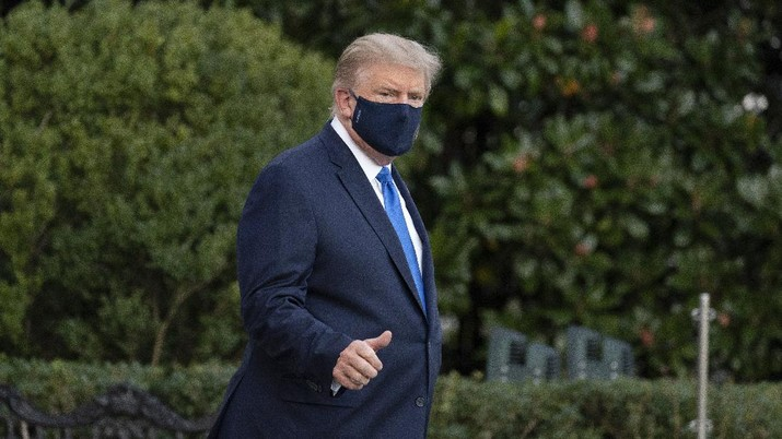 President Donald Trump gives thumbs up as he leaves the White House to go to Walter Reed National Military Medical Center after he tested positive for COVID-19, Friday, Oct. 2, 2020, in Washington. (AP Photo/Alex Brandon)