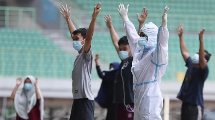 Pasien OTG Covid-19 ikuti senam pagi di Stadion Patriot Chandrabhaga, Bekasi. AP/Achmad Ibrahim