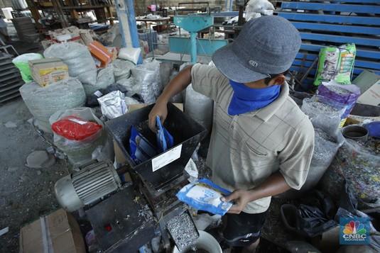 Gokil! Sampah Plastik Makanan Jadi Paving Block Jutaan Rupiah
