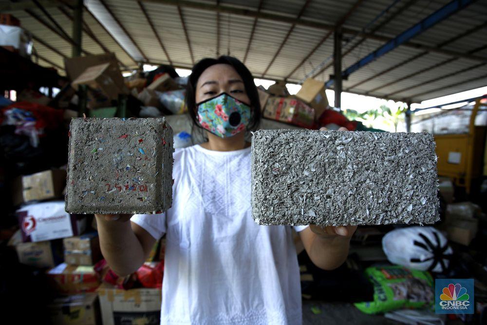 Pembuatan Paving Block dari limbah samnpah. (CNBC Indonesia/Tri Susilo)