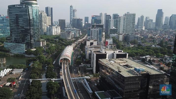 Foto udara aerial pembangunan jalur Kereta api ringan/Light Rail Transit (LRT) Jabodebek di Kawasan Kuningan, Jakarta. (CNBC Indonesia/Andrean Kristianto)