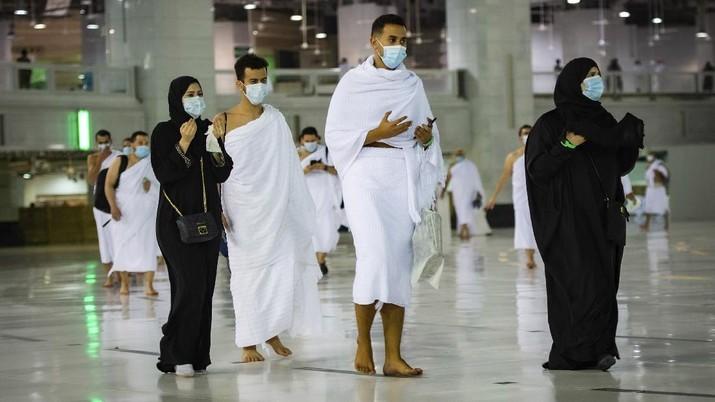 Umat Muslim mengelilingi Ka'bah, saat menjalani ibadah Umrah, di kota suci Muslim di Mekah, Arab Saudi. (AP/Amr Nabil)