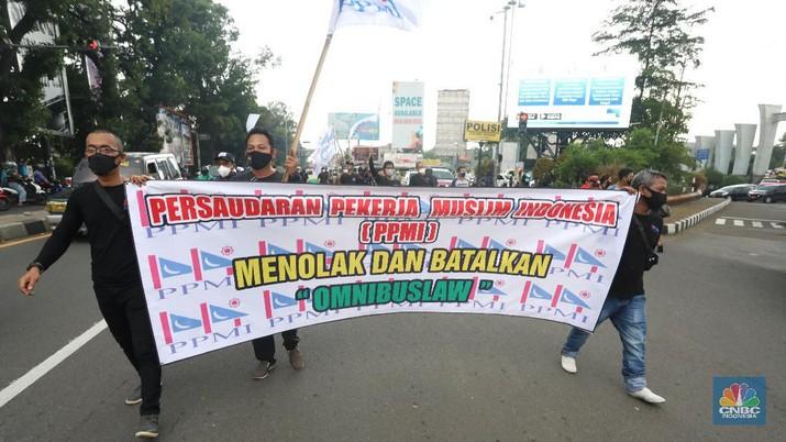 Puluhan buruh berdemo melakukan aksi long march untuk tolak UU Omnibus Law Cipta Kerja di kawasan Cibinong, Bogor. (CNBC Indonesia/Andrean Kristianto)