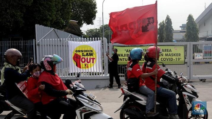 Serikat pekerja berkeliling di Kawasan Industri Pulo gadung, Selasa (6/10). Massa buruh yang ikut mogok nasional menyerukan penolakan UU Cipta Kerja Omnibus Law yang sudah di sahkan kemarin. (CNBC Indonesia/Muhammad Sabki)