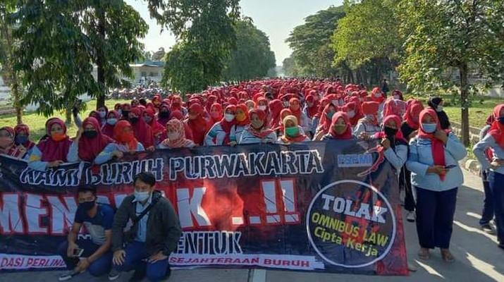 Aksi demo tolak Omnibus law disejumlah pabrik di Kerawang, Jawa Barat. Ist