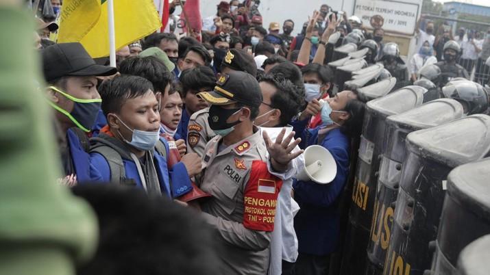 Aksi demonstrasi Mahasiswa di Kawasan Industri Jababeka, Cikarang, Jawa Barat, Selasa (7/10/2020). (CNBC Indonesia/Muhammad Sabki)